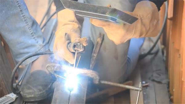 工程维修焊接师傅机械火光焊接两根不锈钢机械运作记录高清视频实