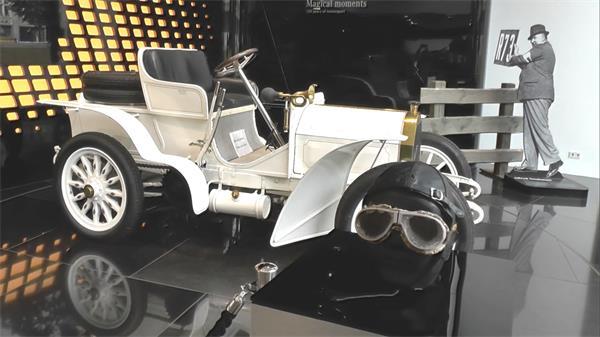 梅赛德斯奔驰白色汽车摆设幻彩展览台匀速旋转运动展示高清视频拍