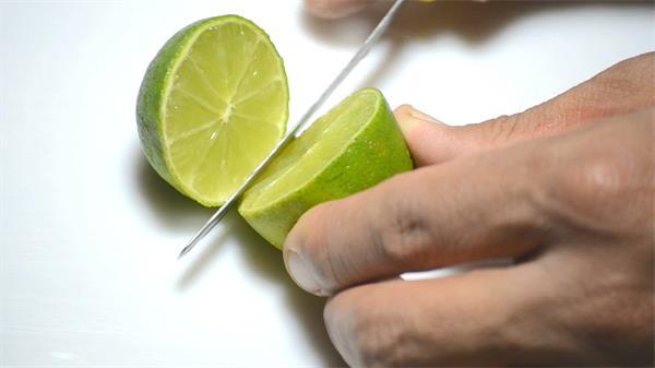 翠绿清新柠檬小刀切开展示浅黄果肉渗出果汁水果镜头高清视频实拍