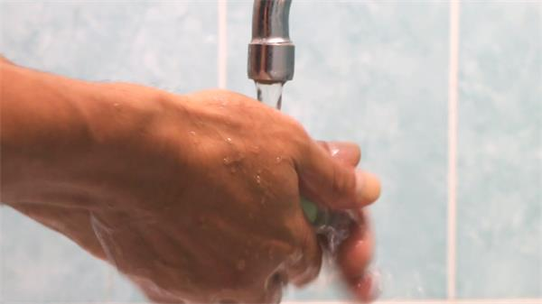 [4K]卫生间水龙喉双手涂抹香皂搓手洗手清水冲洗人物生活高清视频