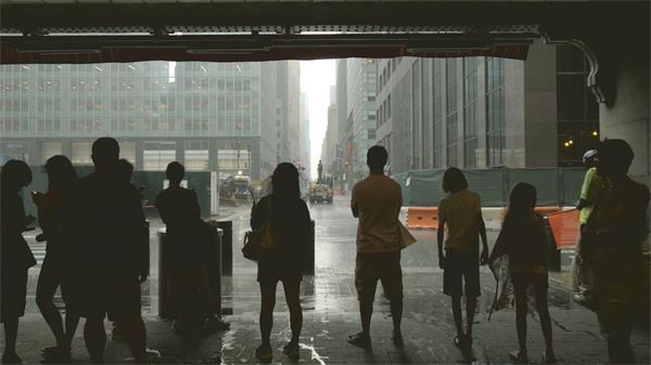 大雨冲洗街道贸易大楼出口站立人们避雨静候雨水中止高清视频实拍