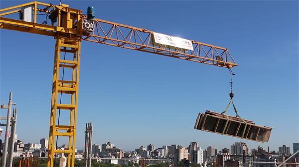 机器运输起重机悬挂牵引悬挂木板工人监视机器转开工作高清视频实