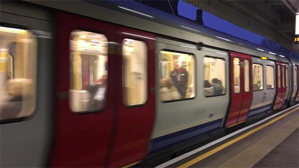 交通工具地下铁路地铁车厢双向行驶运作候车区乘客上落高清视频实