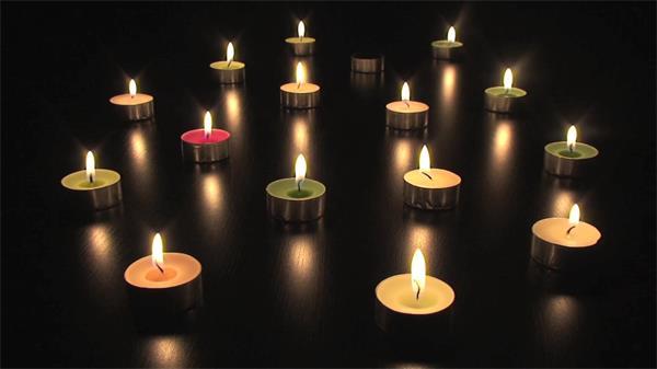 五彩缤纷小型蜡烛逐个点燃浪漫烛光摆动摇曳熄灭火光高清视频实拍