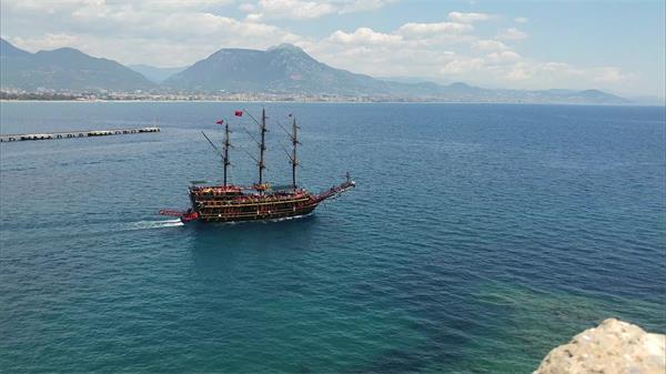 [4K]一览无际山清水秀蓝天白云蔚蓝大海轮船行驶镜头高清视频拍摄