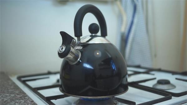 简便炉具水壶明火烧开水家电厨具运用运作镜头高清视频实拍