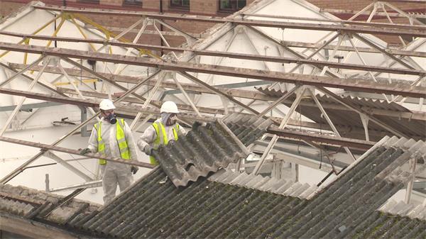 房屋建筑工人施工拆除搬移屋顶石棉瓦瓷块人物工作高清视频实拍