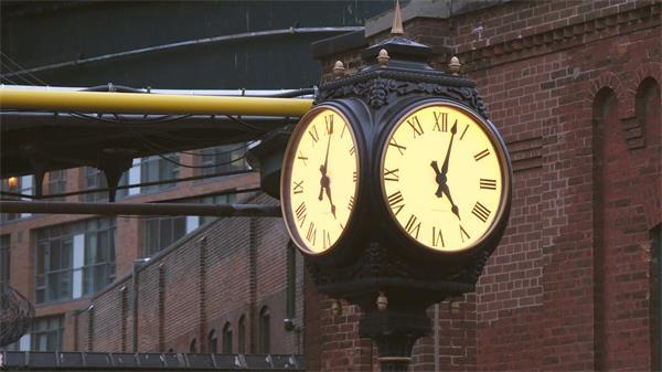 城市建筑多伦多酿酒区时钟秒针匀速运行镜头高清视频实拍