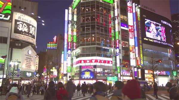 日本东京夜间繁华城市街头人来人往行驶道路行走镜头高清视频实拍