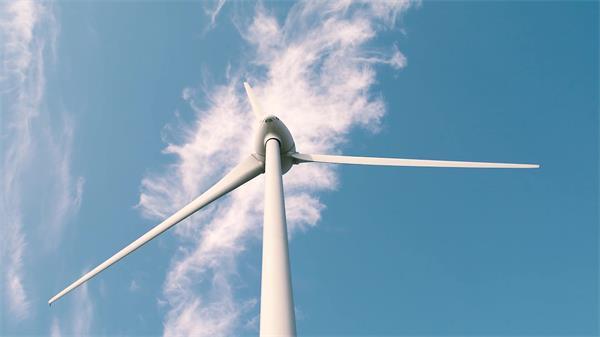 藍天白云下風力發電機隨風勻速轉動機械運作鏡頭高清視頻實拍