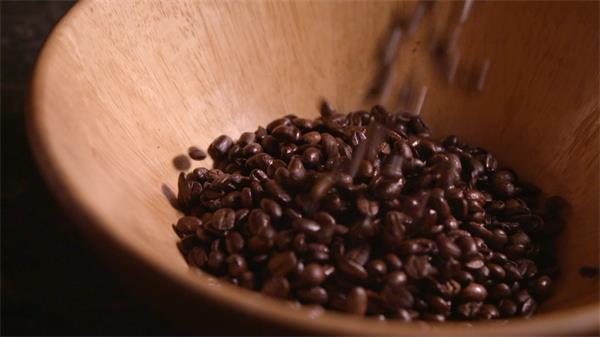 咖啡豆倒进木碗咖啡豆跳动延时慢动作高清视频实拍