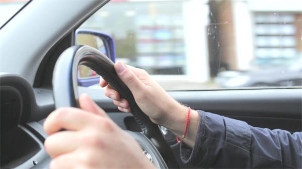 現代化技術近距離拍攝人物駕駛汽車方向盤鏡頭特寫運行高清視頻實