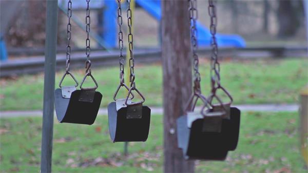 户外寂静悠闲公园摆放娱乐设施荡千秋轻轻摇摆过程镜头高清视频实
