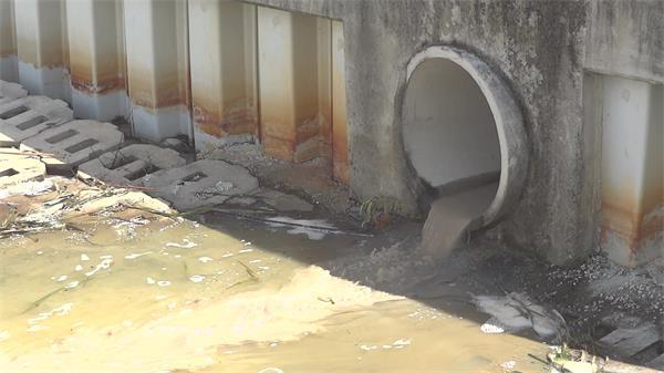 城市建設郊外地下排水管排放水流大海污濁水污染大海生態環境高清