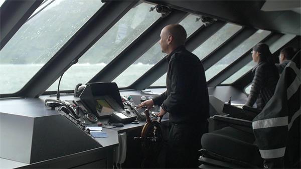 宽敞渡轮大海上行驶时而飘动船长指导行驶游人观望前方高清视频实