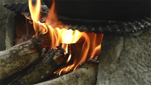 壁炉木柴生火烈火燃烧粗实木头火势变化运动记录镜头高清视频实拍