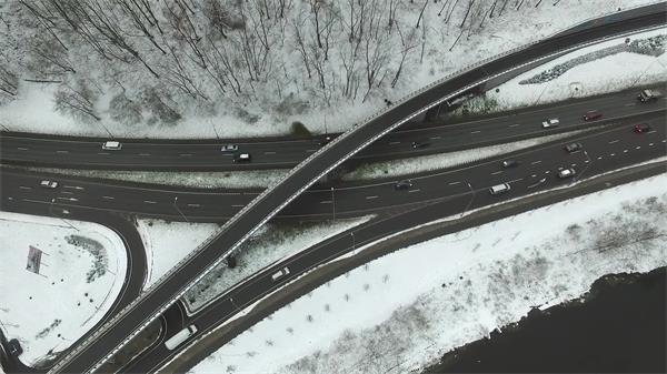 城市高速道路立交无人机垂直上升聚焦放大航拍高清视频实拍