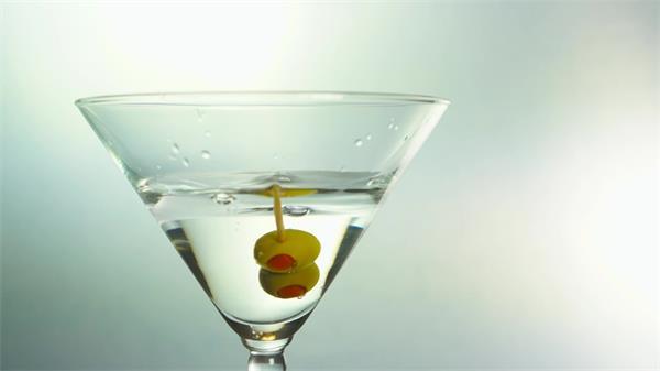 单一酒杯水果放入酒装饰味美马蒂尼鸡尾酒动态镜头高清视频实拍