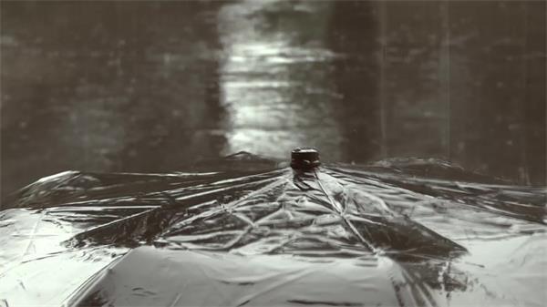 阴暗天气下雨雨水滴落雨伞路人公交站等车动态镜头高清视频实拍