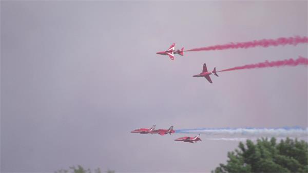 酷炫红色飞机高空飞行喷发出色彩烟雾远距离镜头高清视频实拍