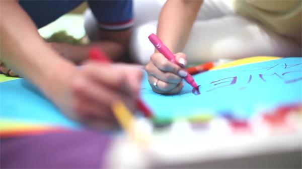 万里晴空家长孩子公园草坪画画颜色纸笔颜料东西高清视频实拍