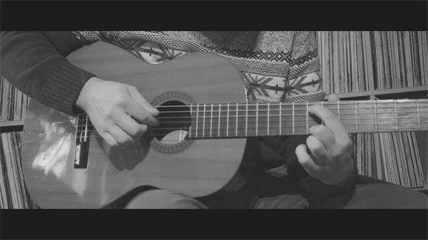 吉他手双?#36136;种?#24377;奏乐器按动电吉他弹奏音乐近镜头高清视频实拍