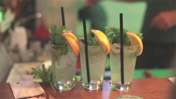 餐饮酒吧调酒师桌面摆放三杯调酒调配近镜头过程高清视频实拍
