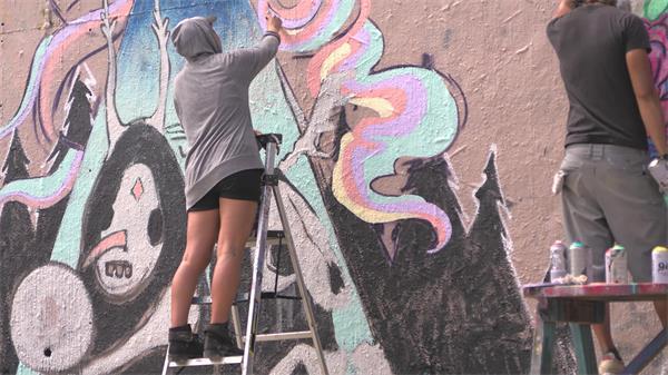 [4K]艺术家墙壁画画站爬梯高处作画色彩涂鸦休闲画画高清视频实拍