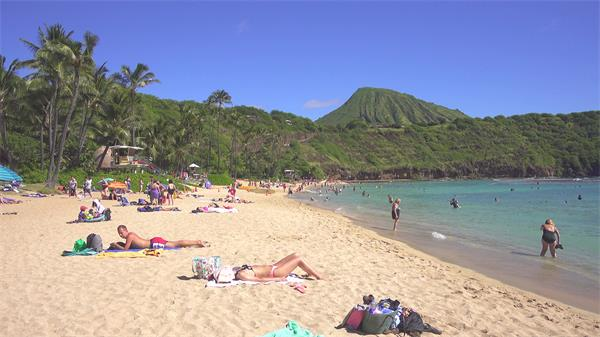 [4K]假日海滩蔚蓝天空游人水上嬉戏休闲平躺沙滩镜头高清视频实拍