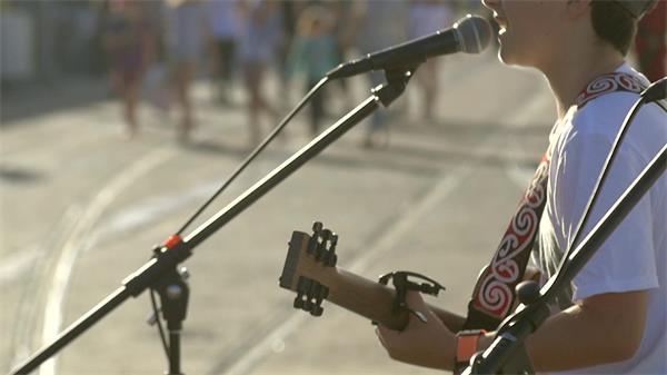 繁华街头男孩弹吉他表演歌唱路人围观欣赏人物生活高清视频实拍