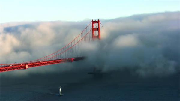 气势磅礴烟雾弥漫覆盖笼罩穿过车辆金门大桥延时镜头高清视频实拍