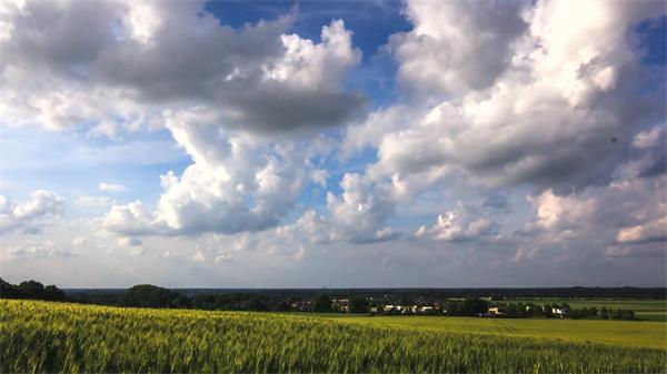 一碧千里宽阔大草原云彩空中飘荡变化远景延时风光高清视频实拍