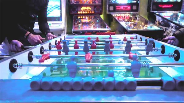 游戏厅手动桌上足球愉快玩乐游戏娱乐场所玩耍镜头高清视频实拍