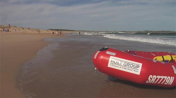 沐日海滩游客沙岸痛快游玩海岸边上摆放充气船延时镜头高清视频实