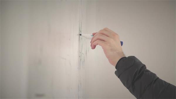 简洁雪白白板上老师认真油性笔写字画画手动动态镜头高清视频实拍