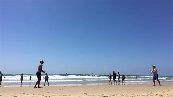 休闲假日海滩海水波浪沙滩上玩耍打球人物生活镜头高清视频实拍
