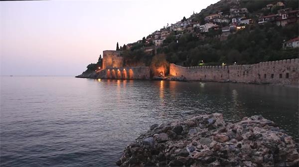 城市建筑周边海洋微小水波纹荡漾晚霞景色延时镜头高清视频实拍