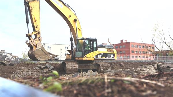 建筑施工工地大型钩机清除工地泥土挖土机施工现场高清视频实拍