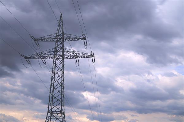 [4K]仰视观望电线桅杆高压架天空晚霞自然景色延时高清视频实拍