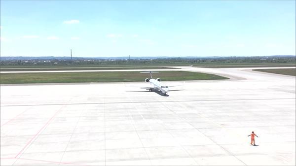 航空客机飞行飞机场跑道平面安全着陆指挥员指示停放高清视频实拍