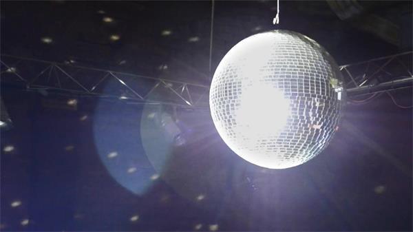 动感舞厅水晶球旋转闪亮炫灯光反射刺眼人物娱乐场地高清视频实拍