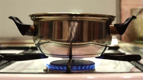 厨房餐具用具锅炉具明火火焰燃烧?#19994;?#21416;具延时镜头高清视频实拍
