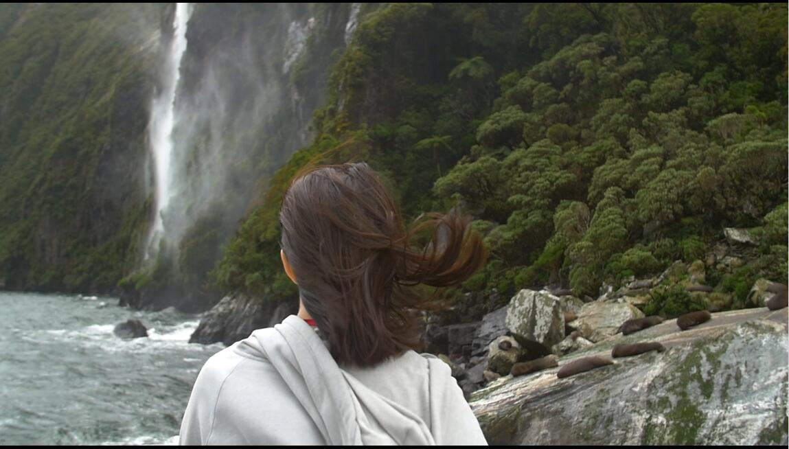 大自然雨林丛林中平静观看瀑布的女人高清视频实拍