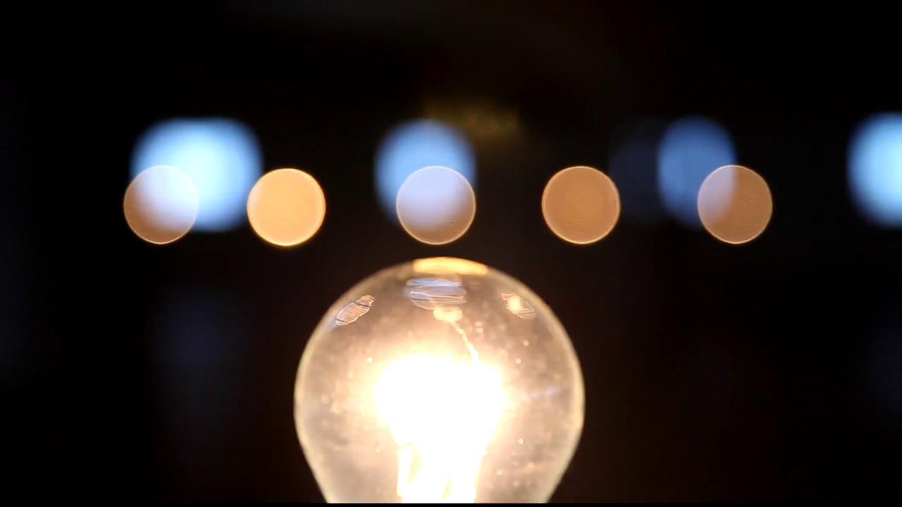 黑暗下电灯泡点亮闪烁灯光钨丝特写高清视频实拍