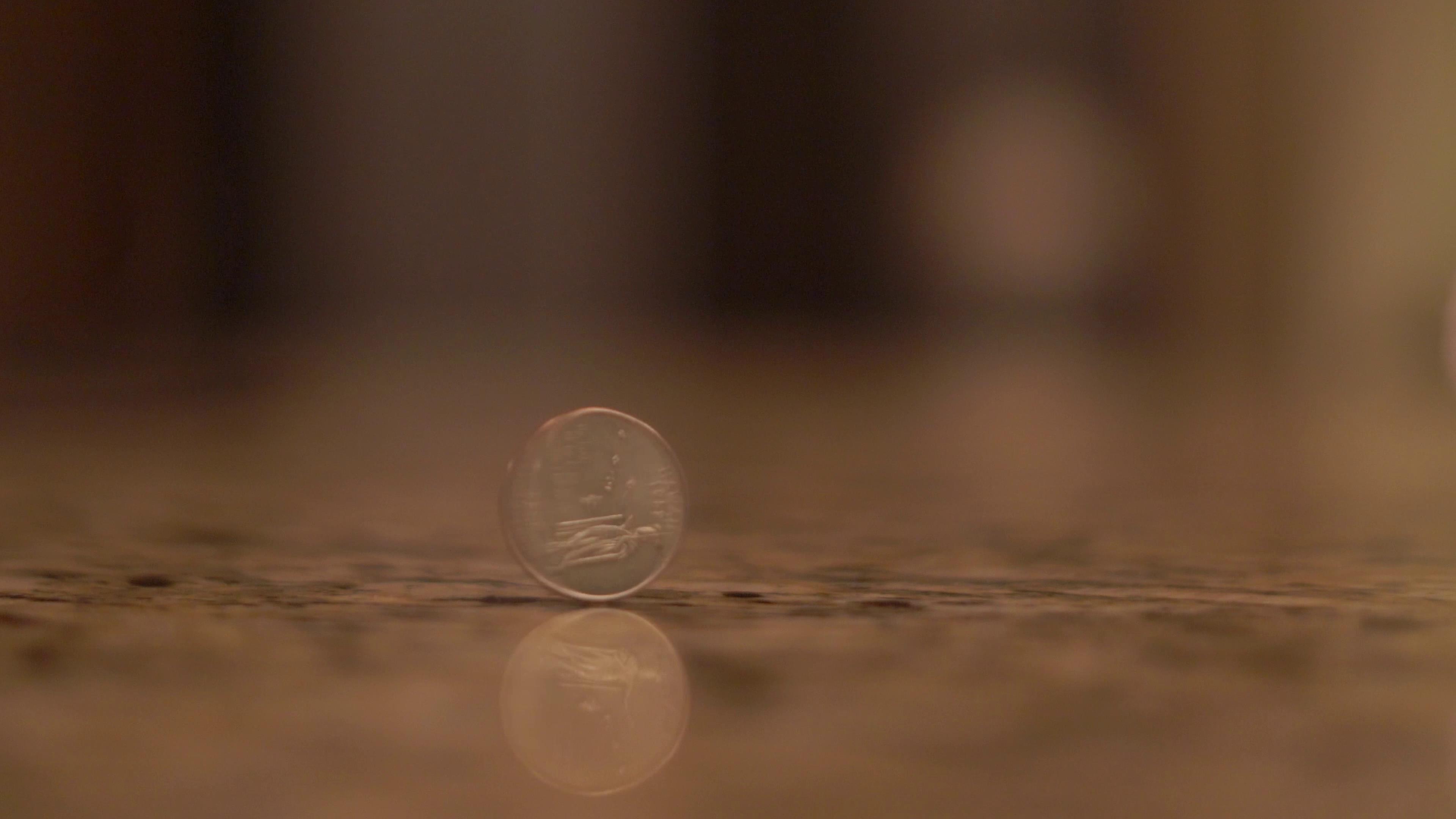 桌子上的硬币旋转不停镜头高清实拍