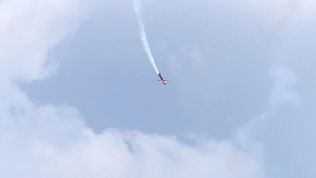 高空飞机特技俯冲降落到地面实拍高清实拍