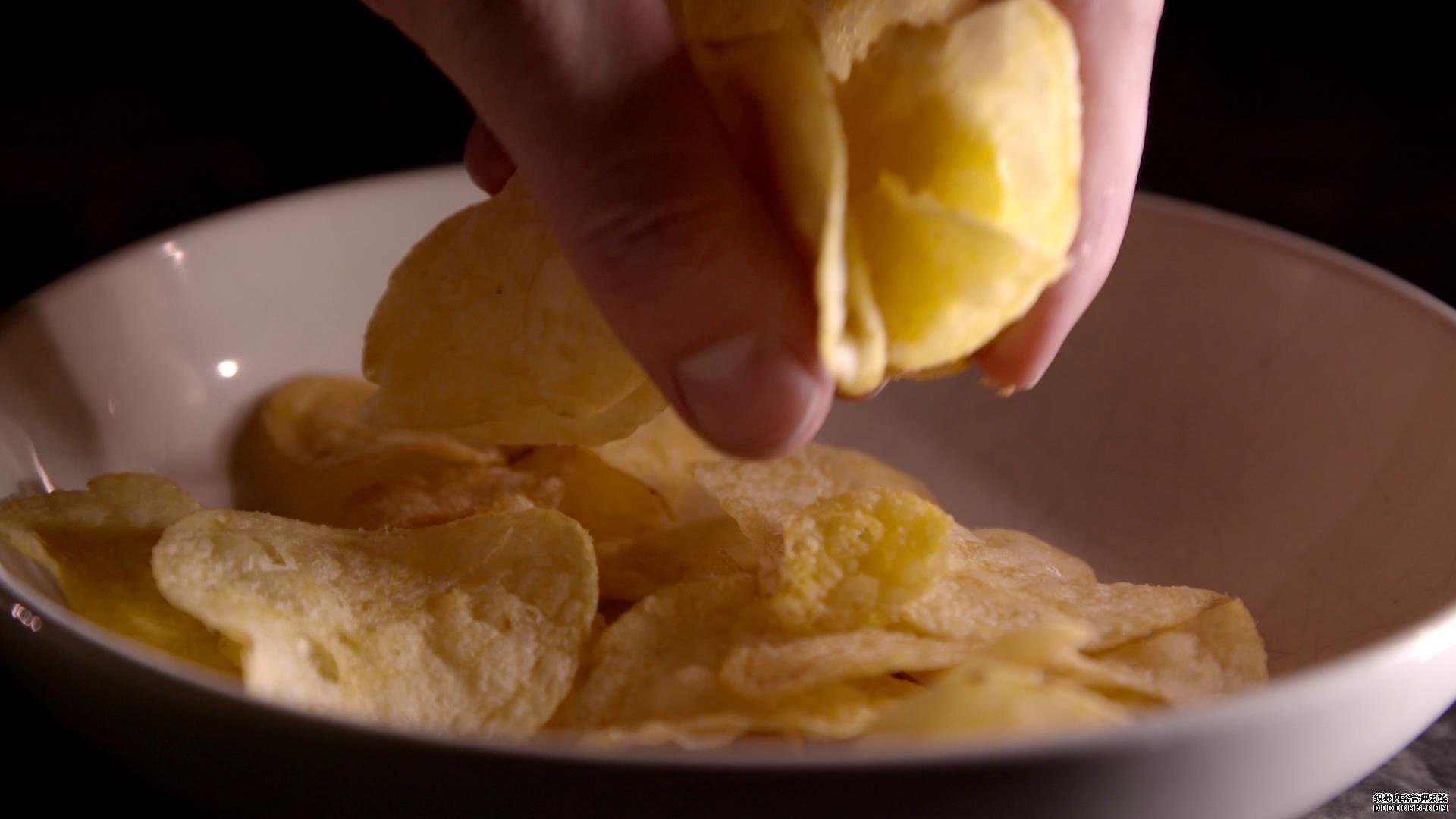 抓起薯片慢动作高清视频素材