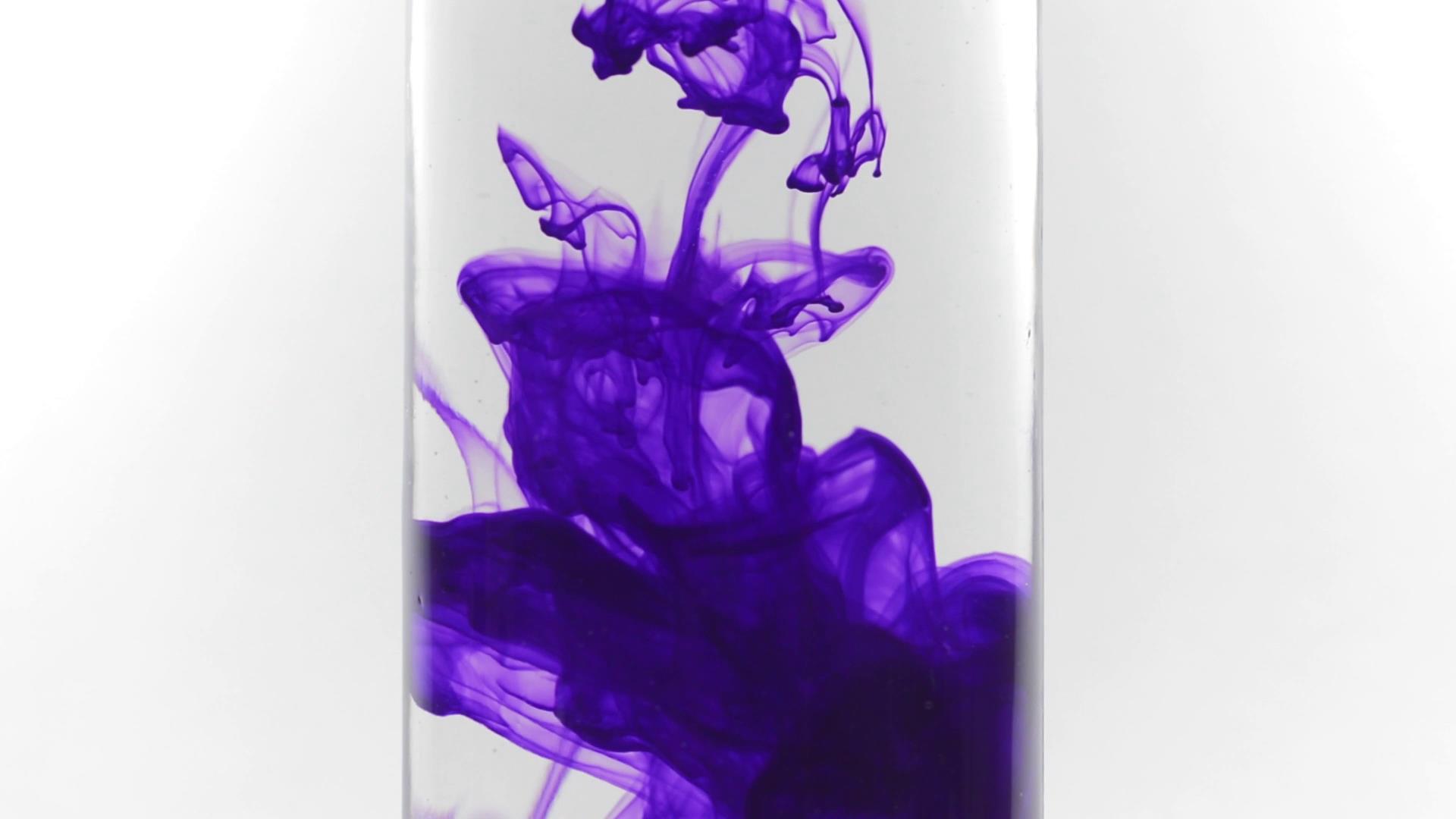 杯中紫色墨水滴入水中运动视频素材