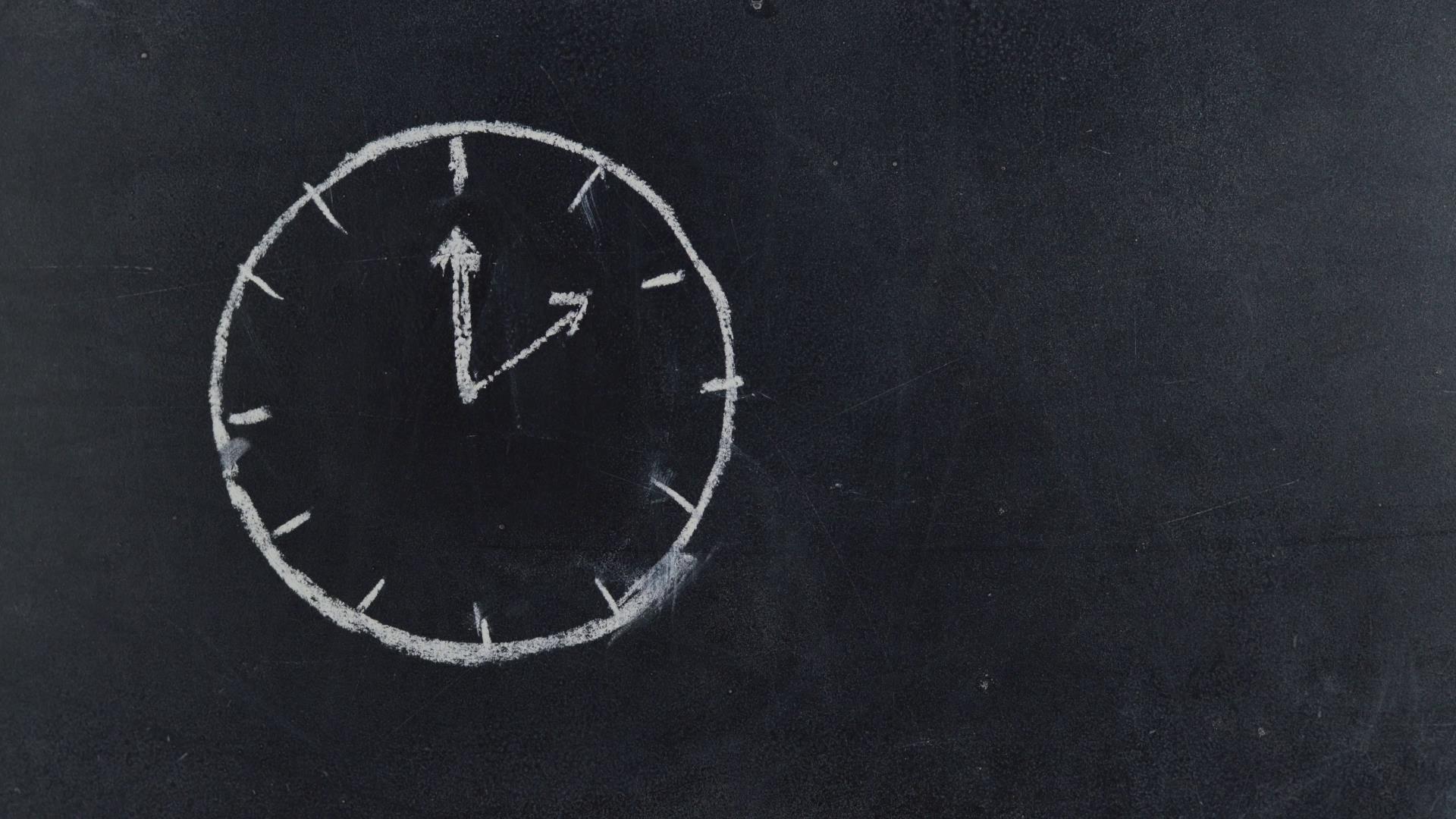黑板粉笔手绘时钟定格运动视频素材