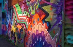 街头色彩涂鸦墙面女孩经过阴影展现高清实拍